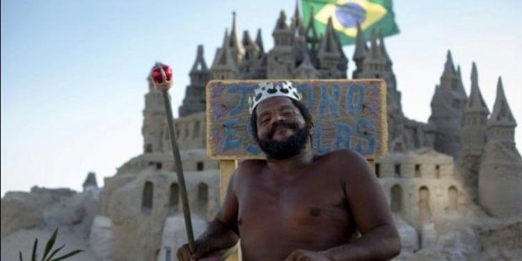 برازيلي يعيش في قصر من الرمل منذ 22 عاما