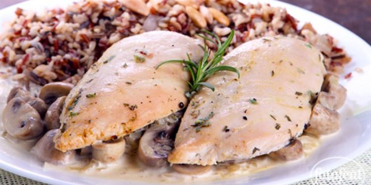 الدجاج المشوي مع صلصة الفطر والأرز باللّوز