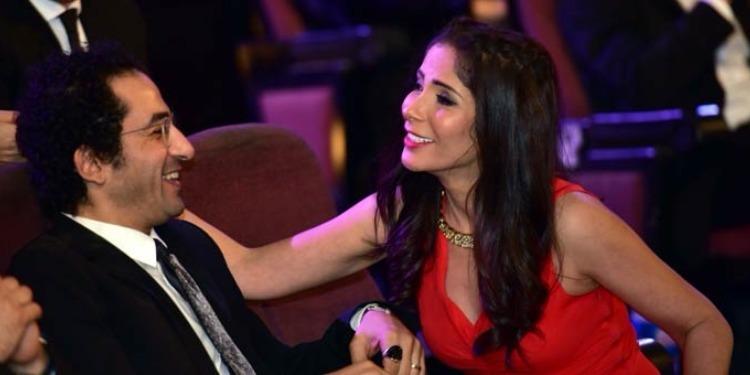أحمد حلمي يغازل زوجته منى زكي (صورة)