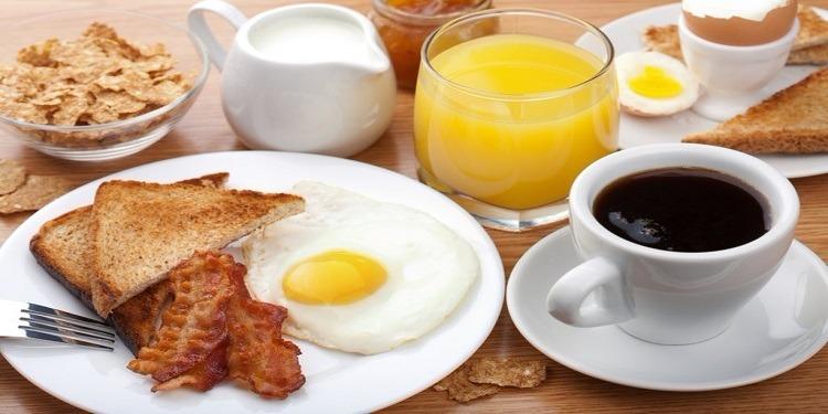 أغذية ننصحك ألا تتناولها عند الإفطار في الصباح الباكر