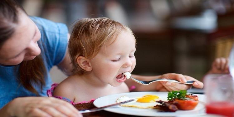 تناول بيضة يوميا يحمي طفلك من التقزم