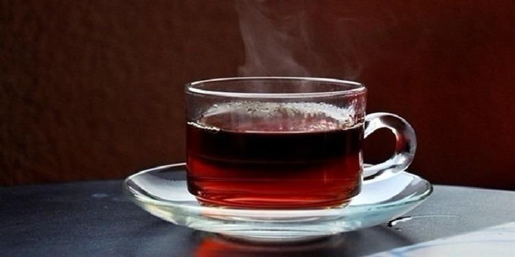 دراسة: كوب شاي ساخن يحمي من أمراض العين