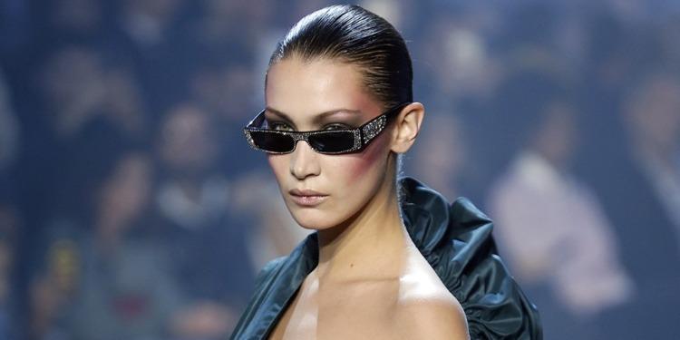 Bella Hadid enchaîne les looks tout en noir (Photos)