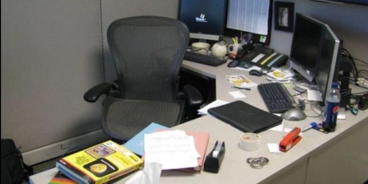 موظف يتغيب عن وظيفته لمدة 10 سنوات (صورة)