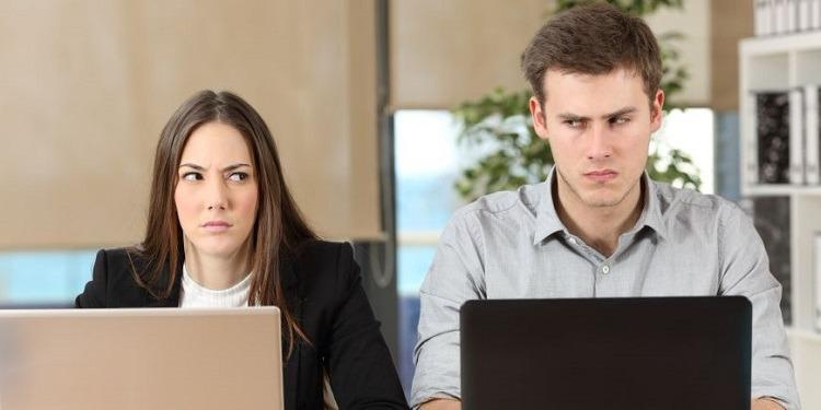 كيف تكونين حذرة من زميل عمل تكرهينه