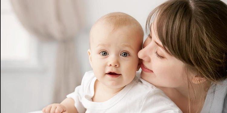 مالذي تهمسه الأم في أذن مولودها؟