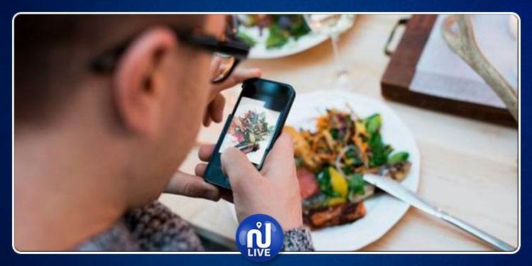 تحذير من استخدام الهواتف الذكية أثناء تناول الطعام