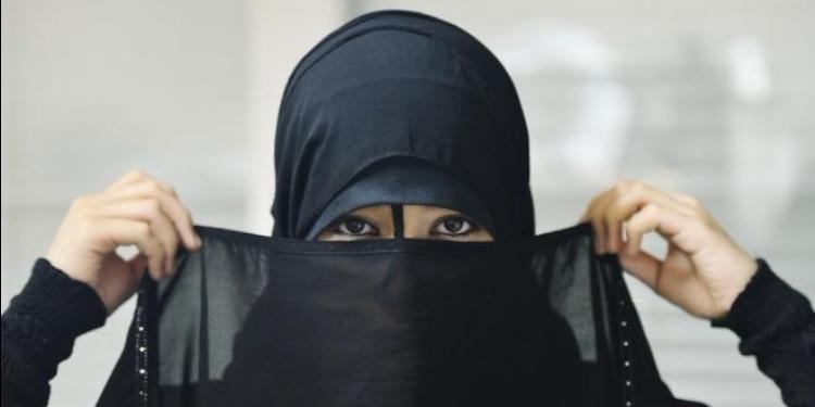 سعودية تُبرز مهاراتها الكروية بالعباءة (صورة+فيديو)