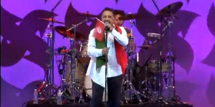 من الإمارات.. ملك الراي يرفع العلم التونسي خلال حفلته (فيديو)
