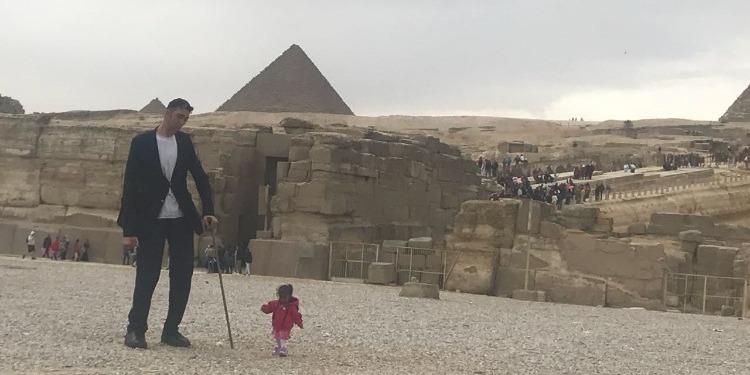 أطول رجل برفقة أقصر امرأة في العالم بالقاهرة (صور)