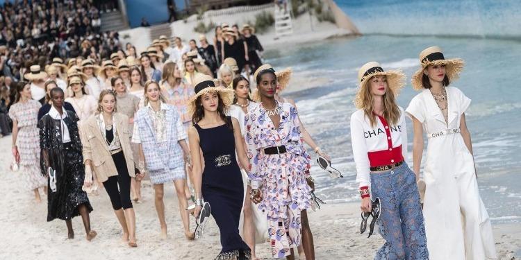 Fashion Week: une vraie plage recréée pour le défilé de Chanel (photo)