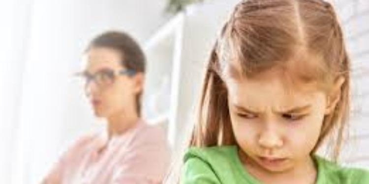أم تٌعاقب طفلتيها الصغيرتين بطريقة غريبة (صور)