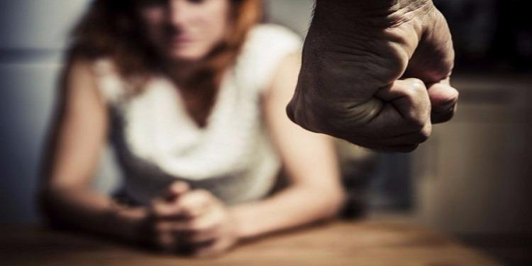 أب يضرب إبنته ويحلق شعرها والسبب صادم!