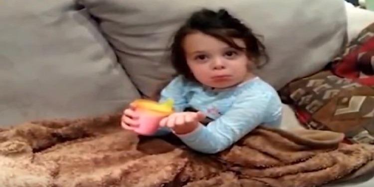 ردة فعل مفاجأة لطفلة نفٌذت والدتها مقلبا بها ! (فيديو)