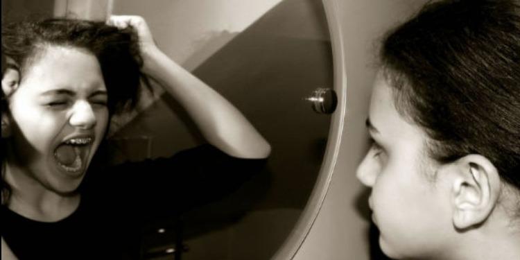 النظر طويلا إلى المرآة يسبب هذه الأمراض الخطيرة