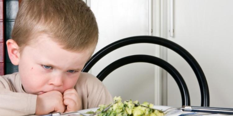 طفلك يرفض الأكل؟ إليك بعض الحلول