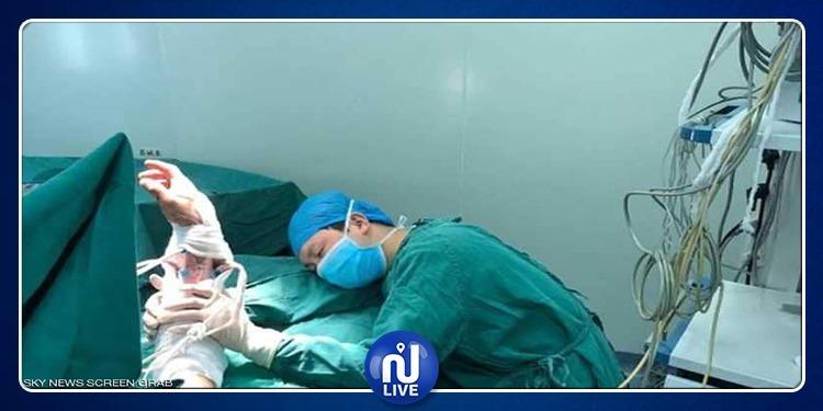صورة انسانية لطبيب نام في غرفة العمليات