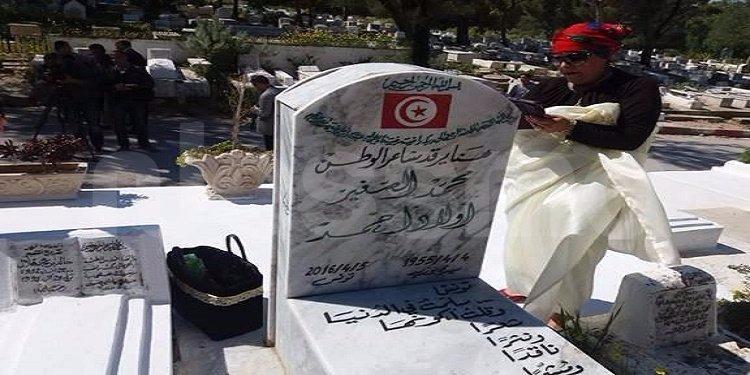 مقبرة الجلاز: النساء يكرمن الشاعر صغير أولاد أحمد في الذكرى الأولى لوفاته بحضور حمة الهمامي و محسن مرزوق (فيديو)