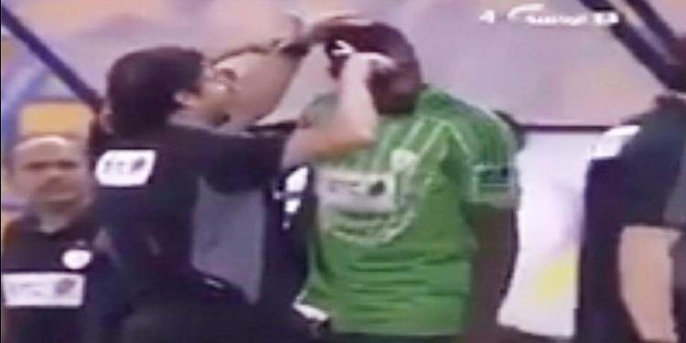 السعودية: قص شعر لاعب على المباشر بسبب تسريحة مخالفة للشريعة (فيديو)