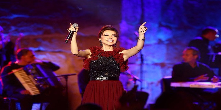 معجبة مغربية تكرم نانسي عجرم في تونس (صور)