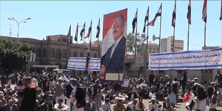 الحوثيون يفرجون على 120 شخصا من أتباع صالح (فيديو)