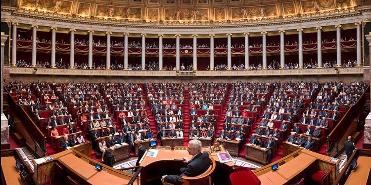 فرنسا تمنع الاستعانة بالأزواج والزوجات في العمل السياسي