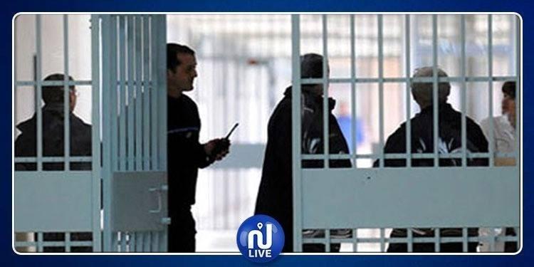 Arrestation d'une jeune fille en train de surveiller une prison