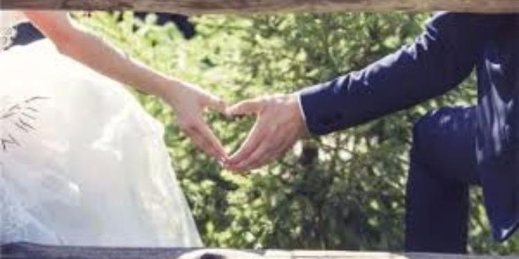 شاب يطلب الزواج من حبيبته قبل سقوط الطائرة بدقائق!(فيديو )