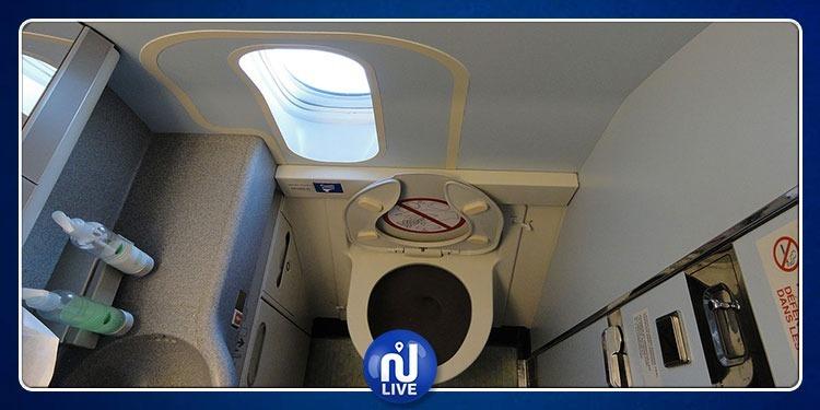مسافرة تمضي رحلتها في مرحاض الطائرة بسبب ''وجبة لوز''