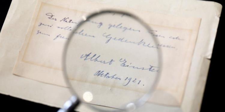 بيع رسالة آينشتاين لفتاة ''نام تحت قدميها''! (صور)