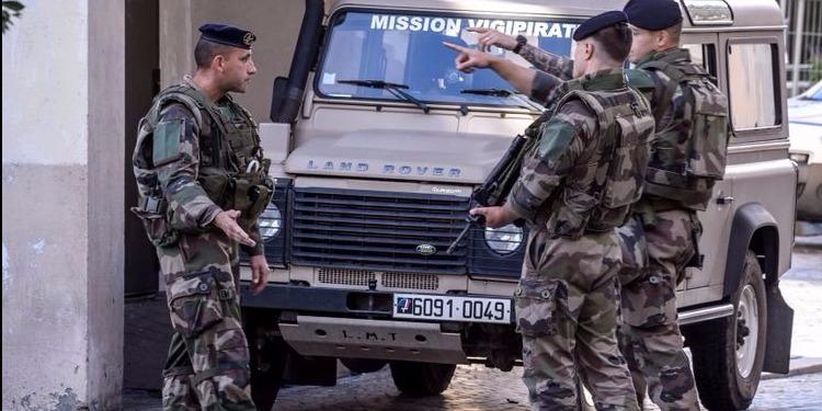 باريس: رجل يهاجم عسكريا فرنسيا بسكين