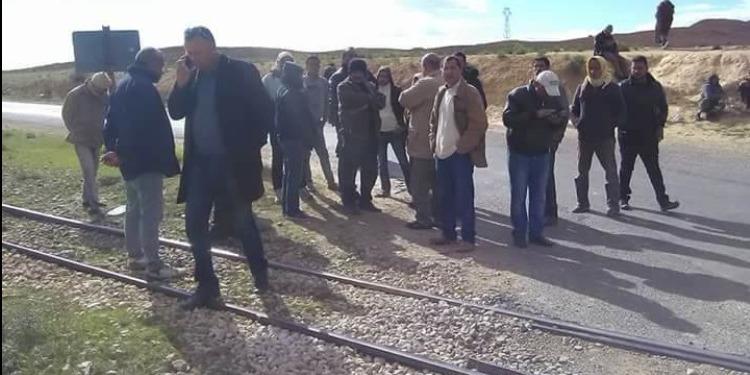 قابس: أهالي منطقة الفجيج يحتجون ويغلقون السكّة الحديدية (صور)