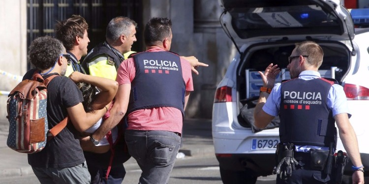 لحظة القبض على مشتبه به في تنفيذ عملية الدهس ببرشلونة (فيديو)