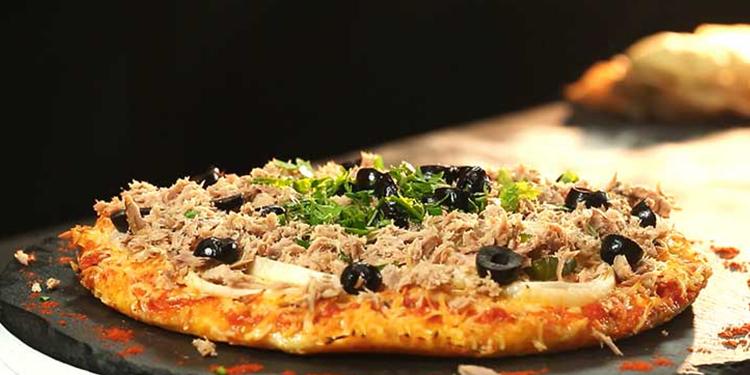 بيتزا منزلية بالتونة ( بيتزا دياري)