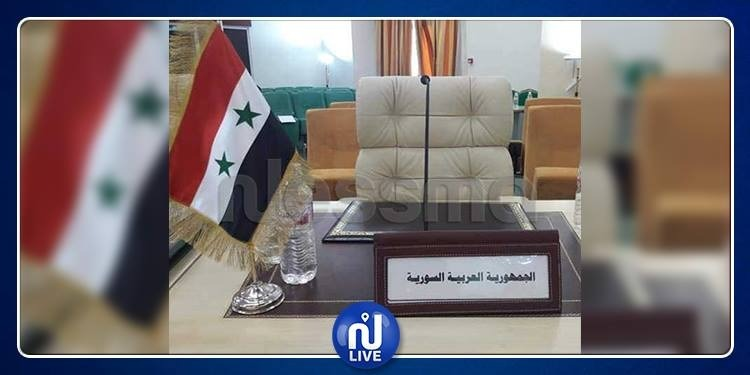 سوريا في القمة العربية: لافتة.. علم ومقعد شاغر !