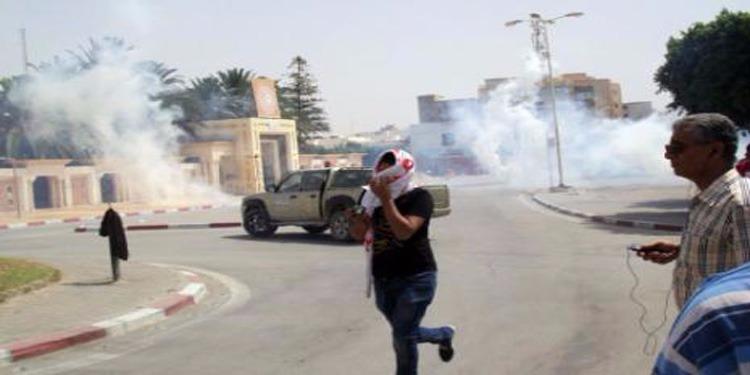 توزر : محتجون يقطعون الطريق والأمن يتدخل بالغاز المسيل للدموع