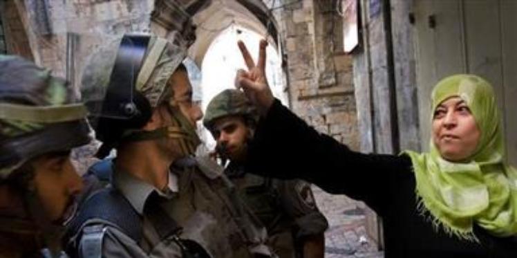 الخارجات من الضوء.. نضال المرأة الفلسطينية