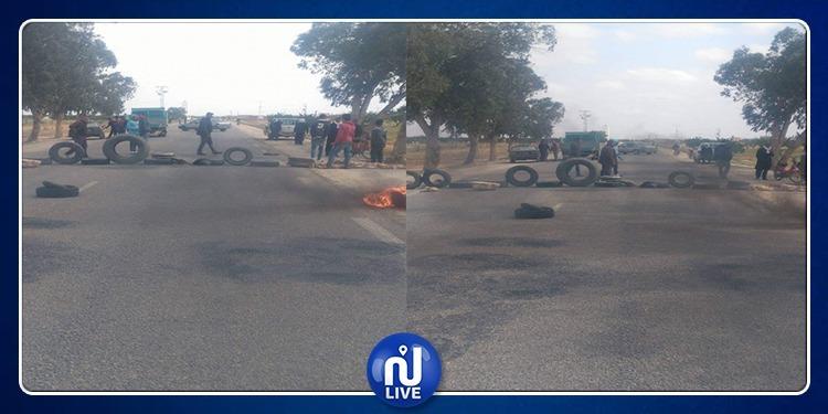 سيدي بوزيد: غلق طريق وإشعال عجلات وتهديد بقطع قنوات المياه (صور)