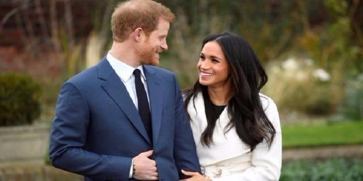 لماذا يضع الأمير هاري يده على بطنه أثناء إلتقاط الصور؟