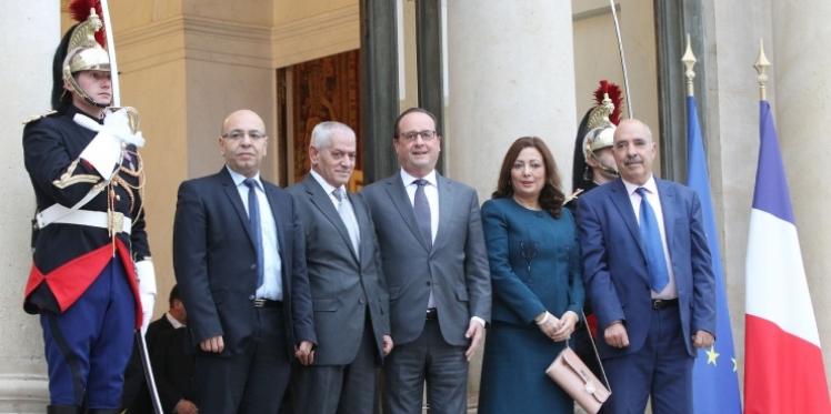 """الرئيس الفرنسي يقلد الرباعي الراعي للحوار """"وسام الشرف"""""""