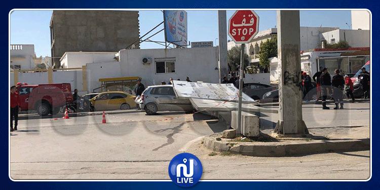 ''تراكس'' تسقط لافتة اتجاهات ضخمة على سيارة بمنطقة 10 ديسمبر (صور)