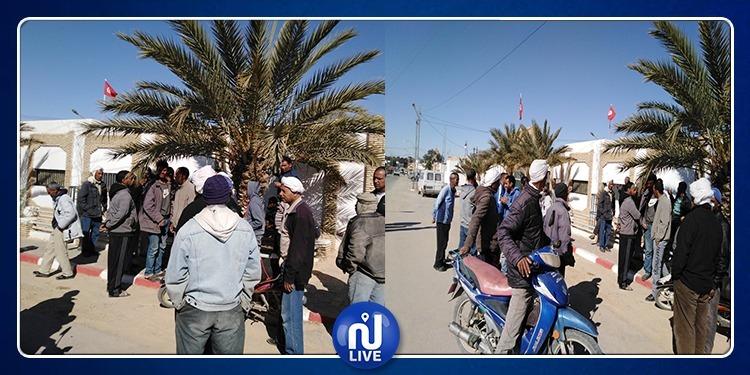توزر.. عمال الحضائر يحتجون أمام مقر معتمدية حزوة