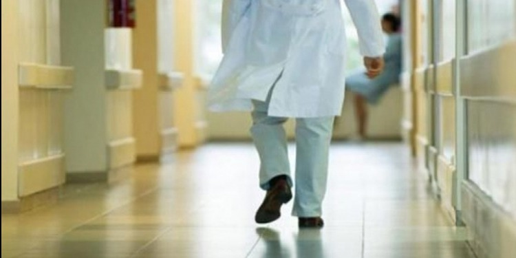 القيروان: 3 أشخاص یعتدون على ممرضة ویھشمون سيارة الإسعاف