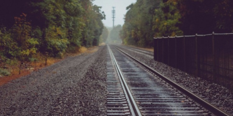 كاد القطار أن يدهسه.. شاب يتمكن من إنقاذ كفيف ! (فيديو)