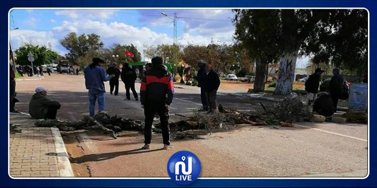 منوبة: 57 عاملا يحتجّون ويغلقون الطريق