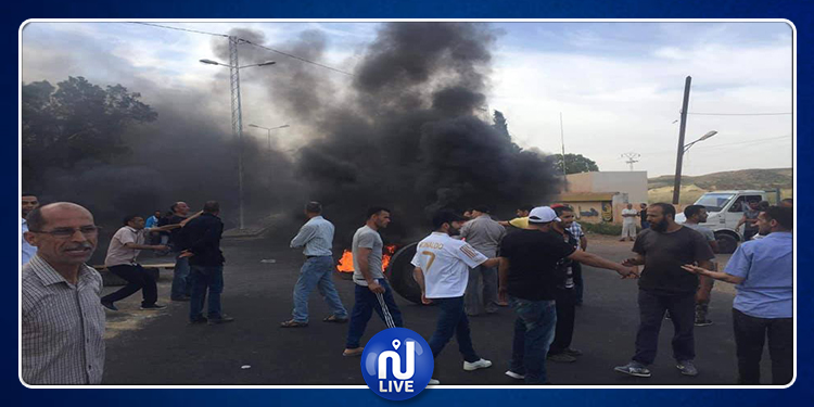 عمال مصنع الآجر يُغلقون الطريق بين القصرين وتالة (صور)