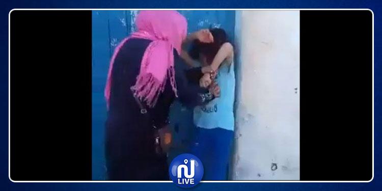 منزل تميم: إحالة إمرأة عنّفت طفلة الـ 8 سنوات  أمام المارّة على أنظار القضاء
