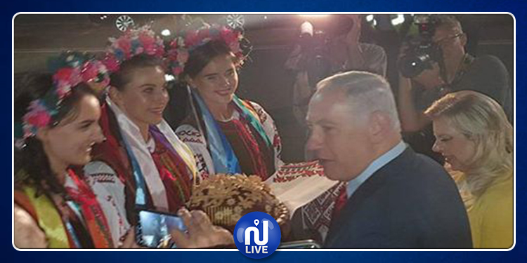 Sara Netanyahu jette un morceau de pain par terre à Kiev