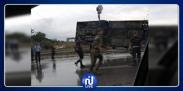 Un bus de la Garde nationale dérape et se renverse sur le GP 9