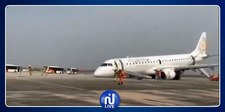 طائرة تهبط اضطراريّا على عجلاتها الخلفية فقط